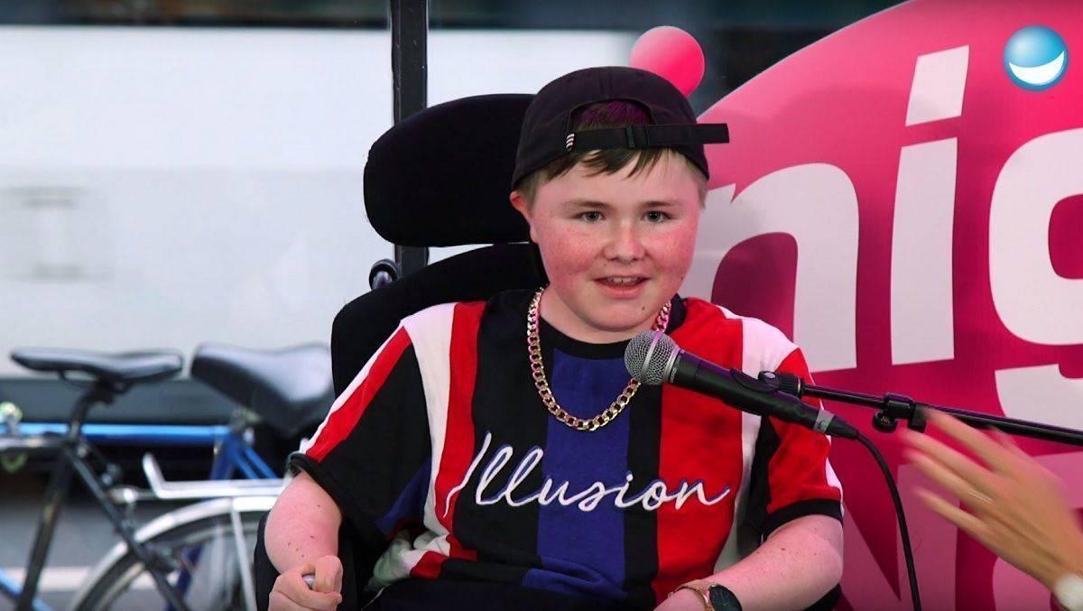 Auftritt von Teenie-Comedian im Rollstuhl geht viral | W&V
